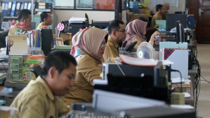 ILUSTRASI - Pegawai negeri sipil (PNS) melakukan aktivitas di Badan Kepegawaian Daerah (BKD), Balai Kota, Jakarta, Senin (3/7/2017)