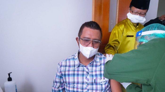 Suasana saat Bupati Bintan, Apri Sujadi kembali menjalani suntik vaksin corona Sinovac dosis kedua hari ini, Jumat (29/1/2021).