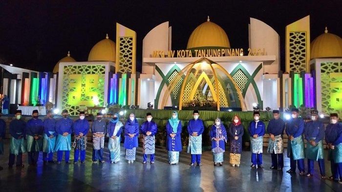 Gubernur Provinsi Kepulauan Riau, Ansar Ahmad meresmikan MTQ tingkat Kota Tanjungpinang dengan pemukulan kompang bersama sejumlah pejabat Pemprov dan Pemko di Pelataran Zona 1A Tugu Sirih Emas, Taman Gurindam 12, Kota Tanjungpinang, Minggu, (28/3/2021)