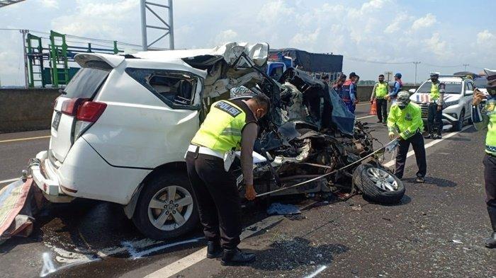 'Tolong Om, Tolong Om' Kecelakaan Maut Hari Ini Mobil Ringsek Tabrak Truk, 3 Tewas 1 Patah Kaki