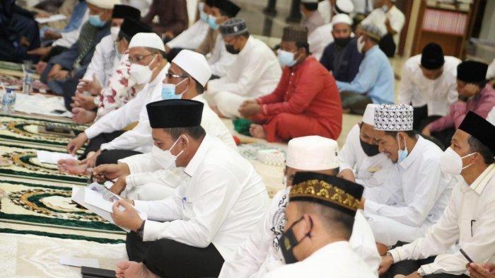 Gubernur Kepri, Ansar Ahmad saat peringatan malam Nuzulul Quran, 17 Ramadhan 1442 Hijriah di Masjid Agung Karimun, Rabu (28/4/2021)