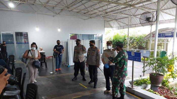 Kapolresta Barelang Kombes Pol Yos Guntur saat mengecek Posko Terpadu PMI di Pelabuhan Internasional Batam Center, Kamis (29/4/2021)