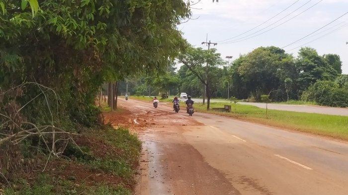 Hati-hati Jalan Licin! Pengendara Waswas Lewat Jalan di Samping TPA Punggur Batam
