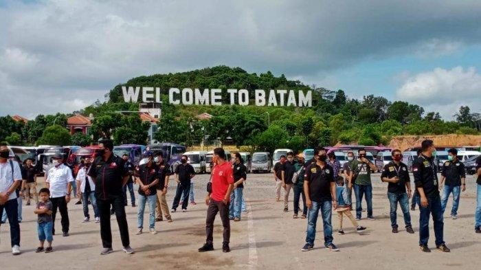 Orang-orang berkumpul di depan objek wisata alam Welcome to Batam dalam sebuah acara belum lama ini (ilustrasi)