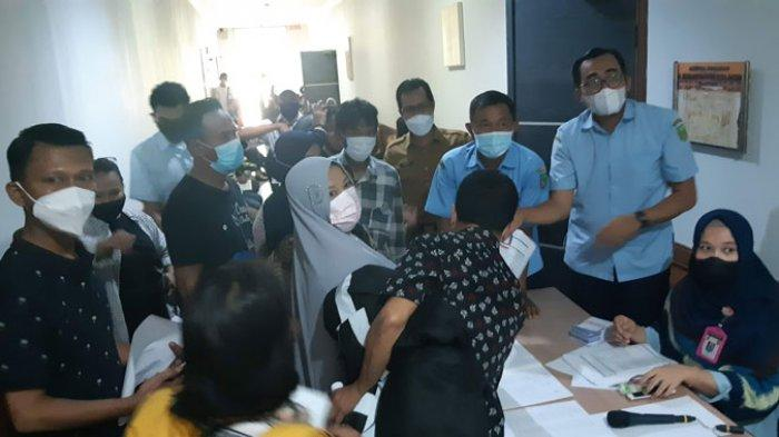 VAKSINASI - Dewan Perwakilan Rakyat Daerah (DPRD) Kota Batam kembali melaksanakan vaksinasi Covid-19 untuk anggota keluarga DPRD Kota Batam dan staf Sekretariat DPRD Kota Batam yang belum divaksinasi.