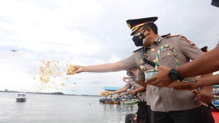 Polresta Barelang Polda Kepri menghadiri upacara tabur bunga di Taman Makam Pahlawan Bulang Gebang, Batu Aji Kota Batam dan Tabur Bunga di laut dari dermaga Dit Polair Polda Kepri, dalam rangka memperingati Hari Bhayangkara tahun 2021