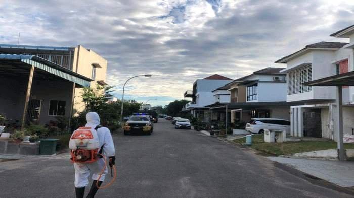 Personel Satsamapta Polresta Barelang menyemprot disinfektan ke beberapa rumah warga yang terpapar covid-19 di Perumahan Kezia Residence, Selasa (29/6/2021)