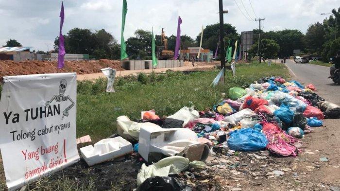 Baliho Nyeleneh di Kaveling Baru Sagulung Bagi Warga Batam Buang Sampah Sembarang