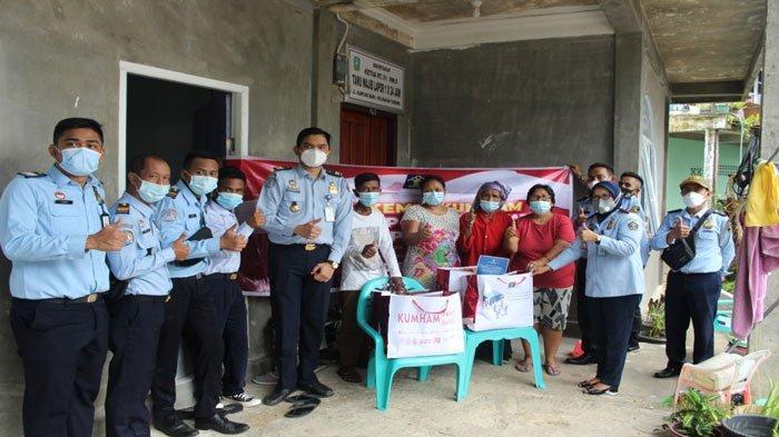 Imigrasi Tarempa & Dabo Singkep Bagikan Paket Sembako Program Kemenkumham RI ke Warga