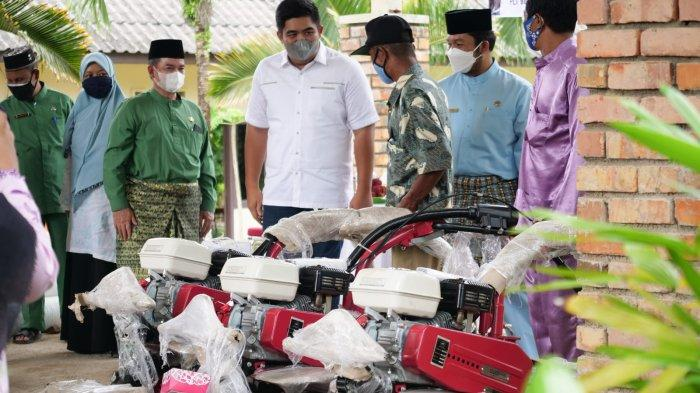 Plt Bupati Bintan Serahkan Bantuan Cultivator dan Sarana Produksi Bawang Merah