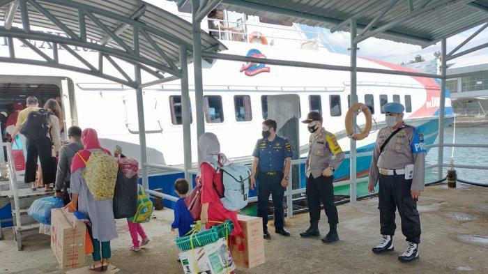 PELABUHAN DOMESTIK SEKUPANG - Petugas pelabuhan bersama Kapolsek dan KSOP pantau penumpang berangkat di pelabuhan domestik Sekupang.