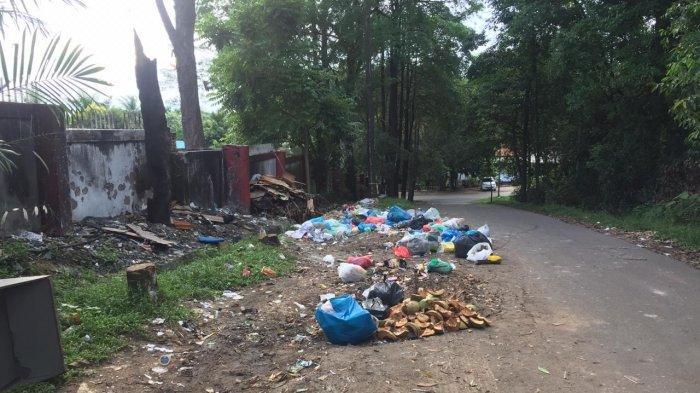 Jalan Menuju Kantor Pemerintahan di Sekupang Penuh Tumpukan Sampah