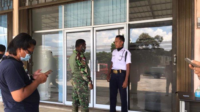 Anggota TNI mendatangi kantor BP Bintan terkait insiden bendera merah putih terbalik, Selasa (30/3/2021)