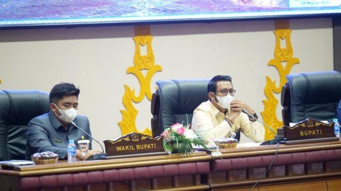 Foto Bupati Bintan, Apri Sujadi saat rapat di Kantor DPRD Bintan.