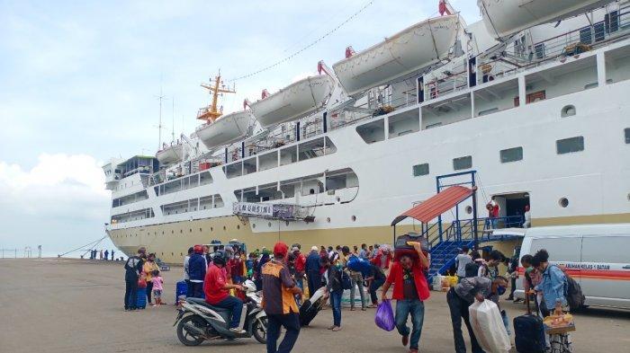 Jelang Larangan Mudik - KM Umsini Kembali Berlayar, Turunkan 220 Penumpang di Batam