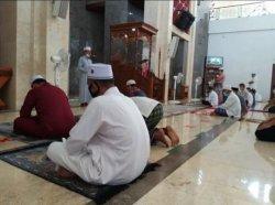 Lama Tak Bisa Salat Jumat, Warga Karimun Senang Bisa Sembahyang Berjemaah Lagi di Masjid