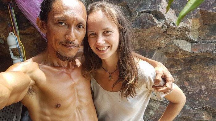 Hidup Sederhana Dalam Gua, Pria ini Malah Pikat Banyak Bule Cantik Mampir ke Rumahnya
