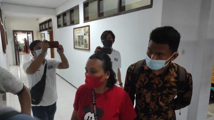 Rafael Malalangi (kiri) bersama ayah ibunya mendatangi Mapolda Sulut, Jumat (30/07/2021).