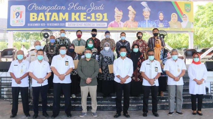 Wali Kota Batam, Muhammad Rudi berfoto bersama sejumlah PNS Pemko Batam yang menjalani masa purnabakti, Rabu (30/12/2020).