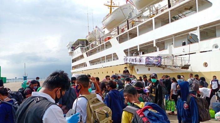 From Flores to Batam, 237 Passengers on the KM Umsini Ship got off at Batu Ampar Port