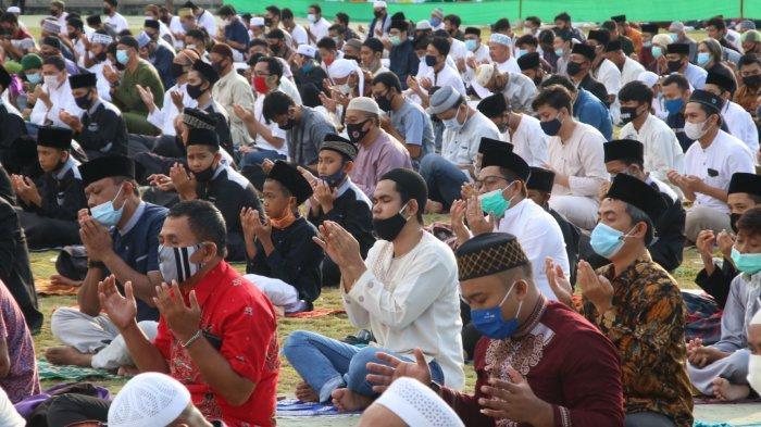 Umat muslim melaksanakan salat Idul Adha 1441 H di Dataran Engku Putri, Batam, Jumat (31/7/2020). Saat melaksanakan salat Idul Adha 1441 H jamaah wajib mengikuti protokol kesehatan di antaranya pemberian jarak antar jamaah serta penggunaan masker.