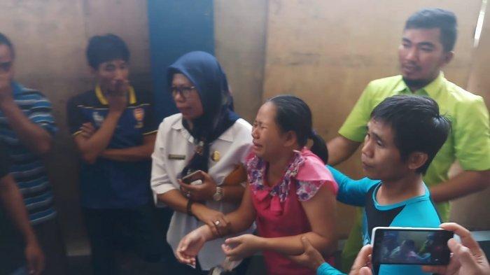 RS BT Karimun Banjir Air Mata, Fitri Tak Percaya Suaminya Jadi Korban Kapal yang Meledak