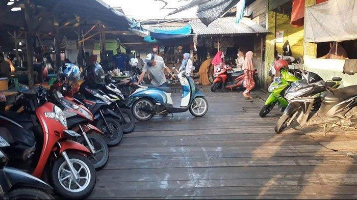 Suasana parkir Pasar Ranai di Natuna. Terlihat Doni sedang memarkirkan kendaraan pengunjung pasar, Sabtu (31/7/2021)