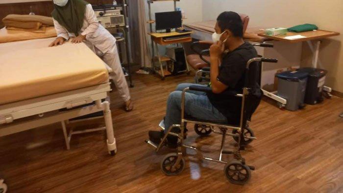 Wakil Bupati Lingga, Neko Wesha Pawelloy pakai kursi roda di sebuah ruangan rumah sakit di RSUD Lingga