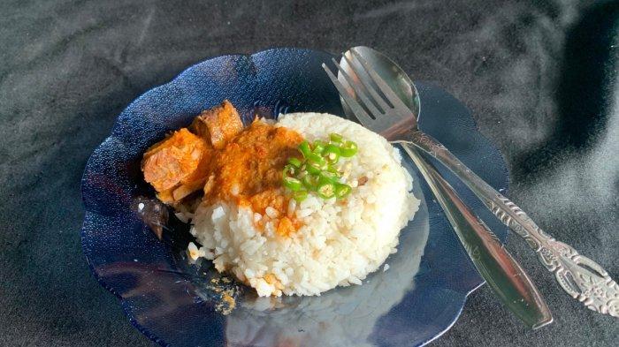 Nasi dagang khas Anambas dengan olahan ikan tongkol salai dan lebe, cocok untuk sarapan pagi hari. Per porsi mulai Rp 3 ribu hingga Rp 10 ribu
