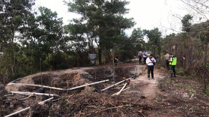 Petugas menemukan banyak lubang bekas tambang saat penertiban tambang pasir ilegal di Kampung Bugis, Bintan, Senin (31/8/2020)