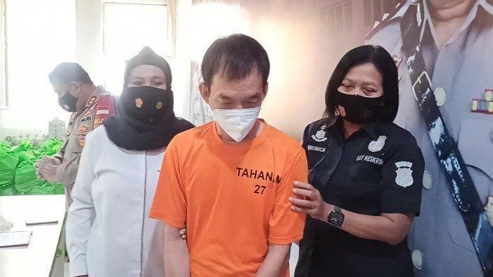 JH (47), bos yang melakukan pelecehan seksual terhadap dua karyawatinya, DF (25) dan EFS (23), saat diekspose di Mapolres Metro Jakarta Utara, Selasa (2/3/2021)