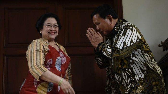Ketua Umum Partai Gerindra Prabowo Subianto (kanan) berpamitan kepada Ketua Umum PDI Perjuangan Megawati Soekarnoputri (tengah) usai menggelar pertemuan tertutup di Jakarta, Rabu (24/7/2019)