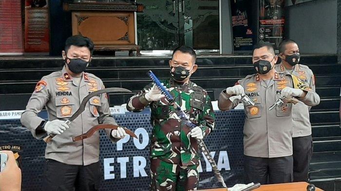 Kapolda Metro Jaya Irjen Fadil Imran, didampingi Pangdam Jaya Mayjen TNI Dudunf Abdurachman di Mapolda Metro Jaya, Senin (7/12/2020) siang menjelaskan tentang penembakan terhadap 6 orang anggota kelompok pengikut Habib Rizieq