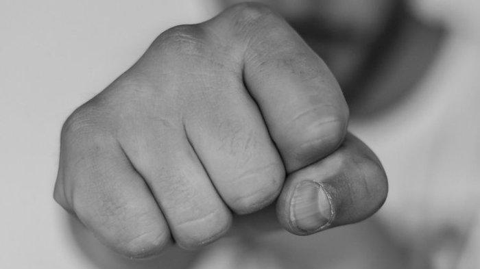 2 Pria Baku Hantam Karena Rebutkan Seorang Wanita, 1 Diantaranya Tumbang Setelah Dihantam Knalpot