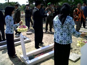 Wawako Tabur Bunga ke Makam Pahlawan