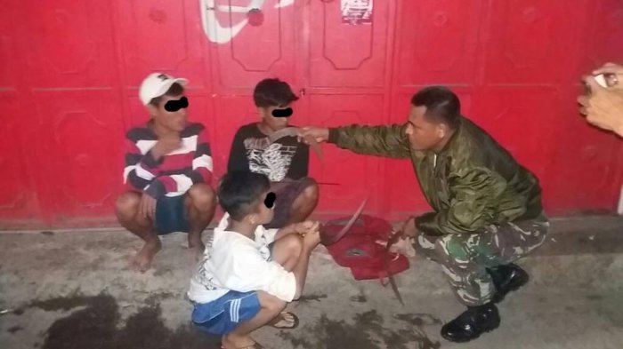 ALAMAK. Teriaki Orang Sambil Bawa Senjata Tajam, Dua Bocah Ini Nangis saat Ditangkap Warga