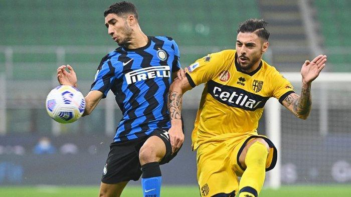 Gelandang Inter Milan asal Maroko, Achraf Hakimi duel dengan gelandang Parma Calco Hernani (kanan) dalam pertandingan Serie A Liga Italia, Sabtu (31/10/2020)