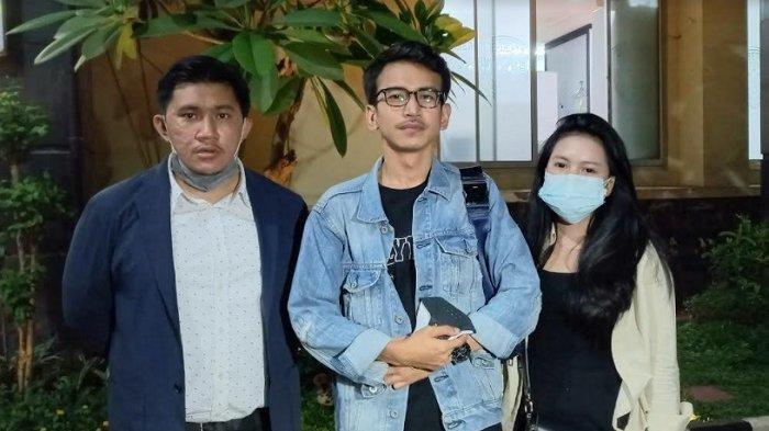 Adam Deni didampingi pengacaranya saat ditemui di Polda Metro Jaya, Rabu (14/7/2021).