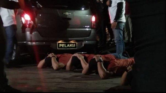 Adegan penggeledahan dalam rekonstruksi kasus penembakan enam anggota FPI di rest area KM 50 tol Jakarta-Cikampek, Senin (14/12/2020) dini hari