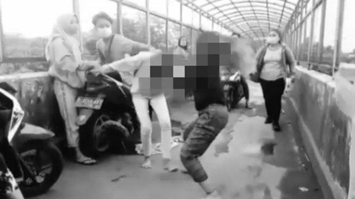 2 Remaja Putri Adu Jotos di Jembatan, Buktikan Siapa yang Paling Kuat, Videonya Viral