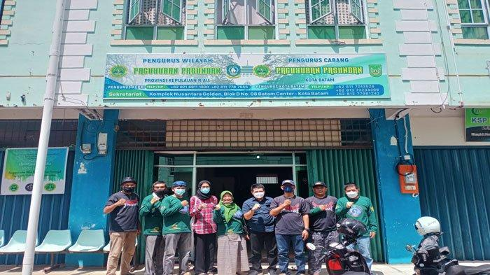 Panitia pengurus Paguyuban Pasundan Kepri dan Batam foto bersama sesudah menggelar tasyakuran di Kantor Sekretariat Paguyuban Pasundan di Batam Center, Kamis (22/7/2021).