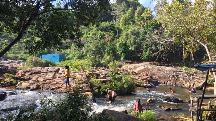 Suasana di lokasi Air Terjun Temburun, saat akhir pekan. Masyarakat dari luar pulau banyak berkunjung untuk menikmati suasana alam dan menikmati aliran air terjun