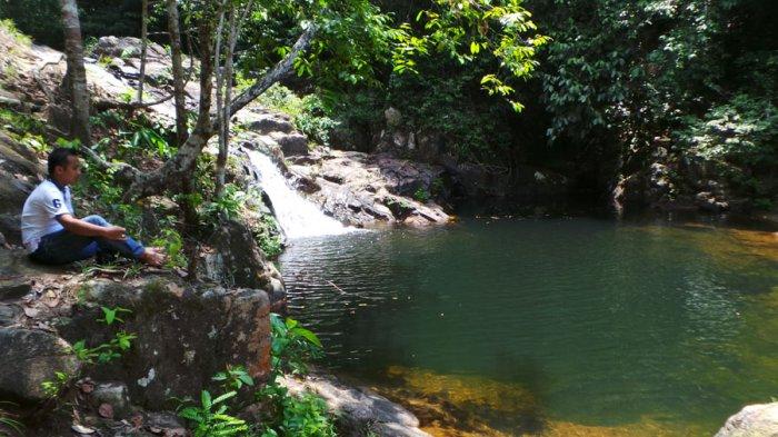 Warga yang berada di lokasi Air Terjun Neraja Desa Ulu Maras Kecamatan Jemaja Timur, Kabupaten Kepulauan Anambas. Keluhan masyarakat akan air bersih masih dirasakan oleh masyarakat di Pulau Jemaja. Foto diambil beberapa waktu lalu