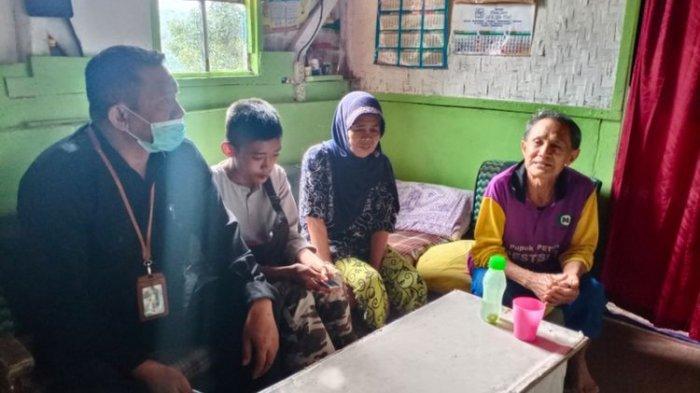 Akbar bersama kakek neneknya dan Makmun Gunawan saat ditemui di rumah kakek neneknya, setelah pada Rabu (4/11/2020) malam diantar pulang pengurus pondok pesantren Al Hilal Geger Kalong, Bandung