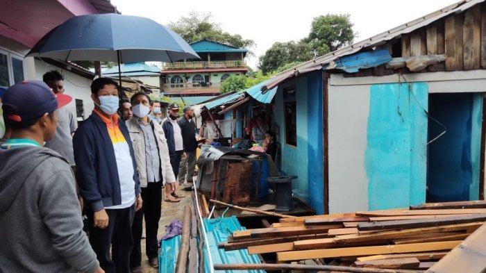 Akhir Pekan Gubernur Kepri Isdianto, Tinjau Warga Terkena Musibah Dua Lokasi di Batam. Foto Gubernur Kepri, Isdianto saat meninjau korban cuaca ekstrem di Batam.