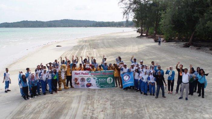 Aksi Bersih Sampah di Pantai Lagoi, Siswa SMA Tunas Bangsa Diajak Kurangi Sampah Plastik
