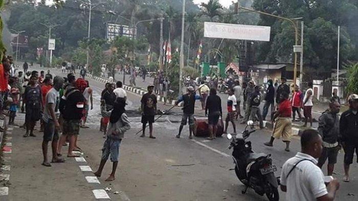 Aksi blokade jalan oleh masyarakat Papua di Manokwari, terhadap tindakan rasisme yang terjadi terhadap mahasiswa Papua di Surabaya