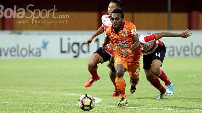 Aksi gelandang Pusamania Borneo FC, Terens Puhiri, saat menggiring bola dalam laga pekan ke-29 Liga 1 melawan Madura United di Stadion Ratu Pamellingan Pamekasan, Jawa Timur, Jumat (13/10/2017) malam.