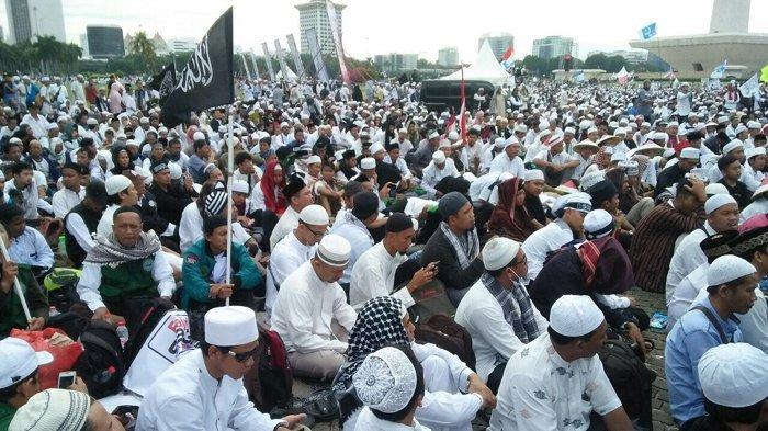 Peserta Reuni Akbar 212 berkumpul di lapangan Monumen Nasional (Monas), Gambir, Jakarta Pusat, Sabtu (2/12/2017)