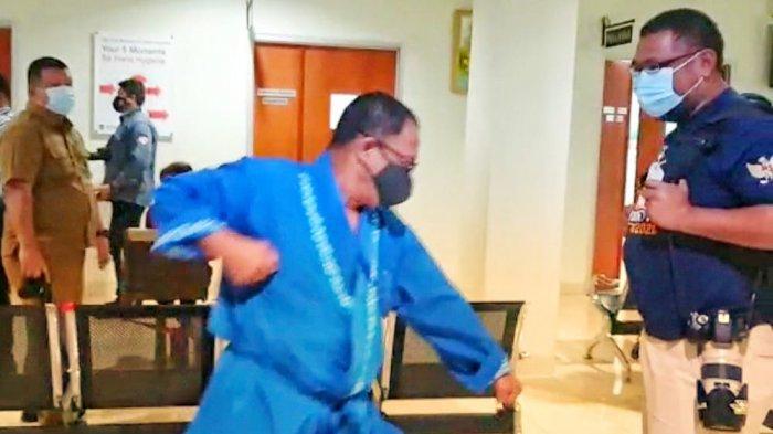 Bakal calon Bupati Bintan, Alias Wello menunjukkan gerakan karate saat menjalani tahapan pemeriksaan kesehatan di RS Raja Ahmad Tabib di Tanjungpinang, Senin (14/9/2020).